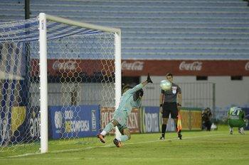 Penal atajado a Agustín Ocampo.