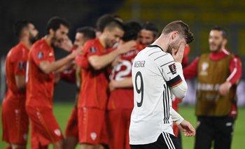 El alemán Timo Werner sufre mientras Macedonia festeja.