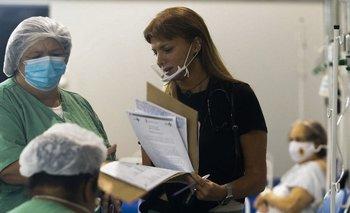 La médica Marise Gomes, de 53 años, atiende a un paciente en el hospital de San Pablo