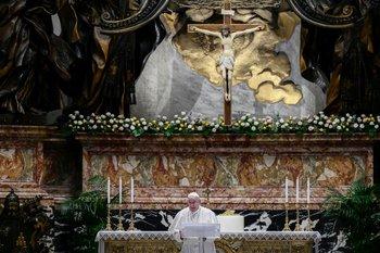 El Papa Francisco habla antes de entregar su Bendición Urbi et Orbi, después de celebrar la Misa de Pascua el 4 de abril de 2021 en la Basílica de San Pedro