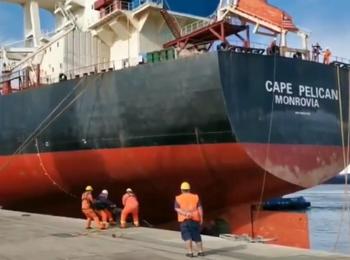 El buque Cape Pelican en el puerto de Montevideo