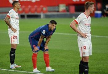 Luis Suárez no pudo convertir este domingo y Atlético de Madrid perdió ante Sevilla