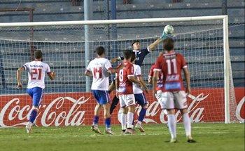 Tras gran atajada Sergio Rochet salva la caída de su arco en el último minuto del partido tras tiro libre de Salomón Rodríguez