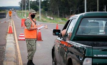 Un funcionario del Ejército uruguayo trabaja en un puesto de control vehicular en la ciudad fronteriza de Rivera
