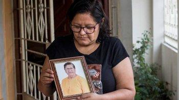 Elsa Maldonado supo que los cuerpos fueron colocados en las bóvedas de los cementerios sin ningún ataúd. Ella espera tener el certificado de ADN para darle un sepelio digno a su madre, Enma Aguirre.