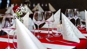 Mesa servida para una cena en Francia