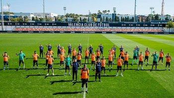 Una imagen publicada por Valencia muestra a los jugadores y al personal mostrando su apoyo al defensa francés.