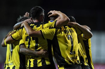 Peñarol festeja el primer gol