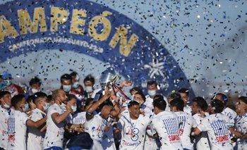 El plantel de Nacional festeja el título del bicampeonato uruguayo