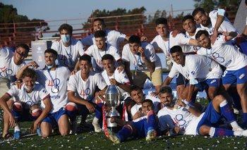 """Los futbolistas de Nacional celebraron con todo el bicampeonato Uruguayo con la Copa """"Néstor Goncalves"""""""