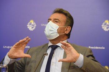 Daniel Salinas en conferencia de prensa en la noche del 7 de abril