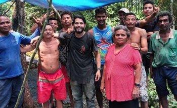 El piloto Antonio junto a los recolectores de castañas que lo rescataron.