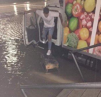 Agua acumulada en una de las zonas de estacionamiento.