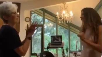Joan Báez compartió un video bailando junto a su nieta el clásico de la música tropical uruguaya