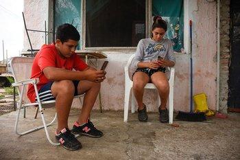 Christian está en 1° y Aldana en 2° de la UTU; los dos hermanos siguen sus clases en simultáneo con los datos móviles de un celular