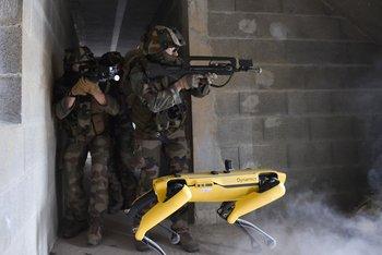 El robot, durante una maniobra militar.