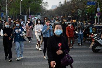 Personas cruzando la calle en Pekín