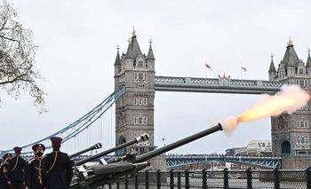 El Death Gun Salute es lanzado por la Honorable Artillery Company para marcar el fallecimiento del príncipe Felipe de Gran Bretaña.