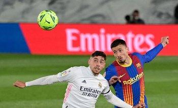 Valverde lucha la pelota con Lenglet de Barcelona