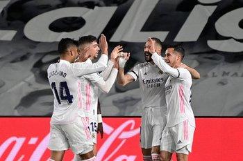 Los jugadores de Real Madrid celebran uno de los goles; Federico Valverde aparece en la celebración