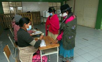 Una mujer indígena hace la cola para votar en las elecciones de Ecuador, que elige entre el socialista Andrés Arauz y el derechista Guillermo Lasso