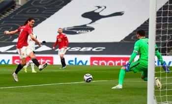 Cavani define ante el arquero de Tottenham; fue un lindo gol y entre las piernas del arquero, pero el VAR se lo anuló