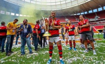 Giorgian De Arrascaeta con la Supercopa Brasileña, su título 10 ganado con Flamengo