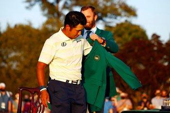 Dustin Johnson coloca la chaqueta ver de a Hideki Matsuyama