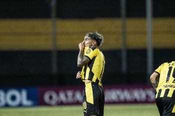 Facundo Torres, el beso al escudo genuino
