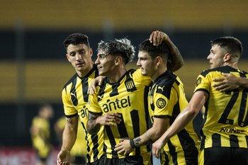 El festejo de las cuatro figuras de Peñarol en la noche