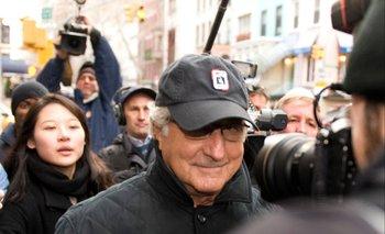 Bernard Madoff camina hacia su apartamento de Nuevo York por la avenida Lixington, en 2008