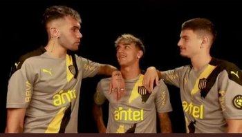 Schiappacasse, Torres y Álvarez Martínez con la nueva camiesta