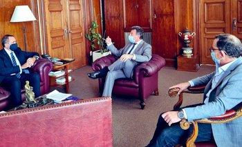 Los diputados Sebastián Andújar (izquierda) y Álvaro Perrone (derecha) reunidos con el ministro de Salud Daniel Salinas (centro)
