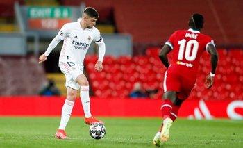 Federico Valverde de Real Madrid ante Mané de Liverpool