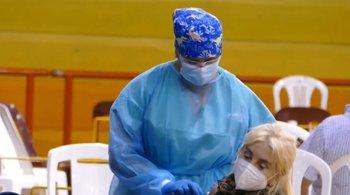 Mercedes Sarrabayrouse vacunándose en el Campus de Maldonado