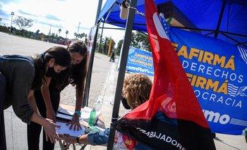 Puesto fijo de recolección de firmas contra la LUC en el Antel Arena