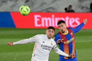 Federico Valverde salta junto a Clement Lenglet del Barcelona