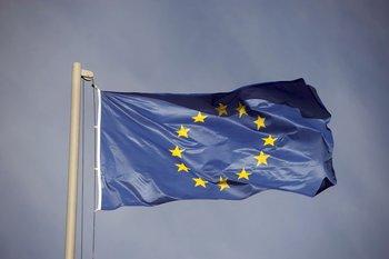 Bandera flameante de la Unión Europea