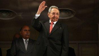 Raúl Castro saludando