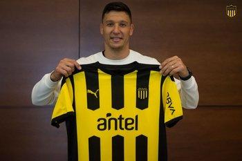 Damián Musto ya está en Montevideo y posó con la camiseta de Peñarol