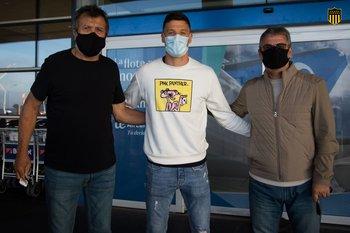 Musto llegó el sábado a Montevideo y fue recibido por el Indio Olivera y Pablo Bengoechea