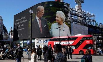 Fotos de la reina y el príncipe Felipe se mostraron en las pantallas de Piccadilly Circus, en el centro de Londres