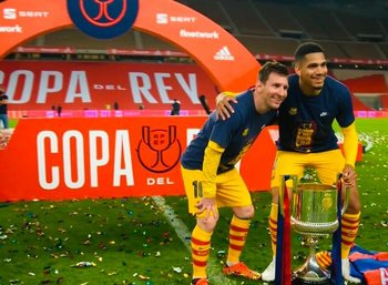 Ronald Araújo y Lionel Messi posan con el trofeo de la Copa del Rey que le ganaron este sábado con Barcelona a Athletic de Bilbao por 4-0