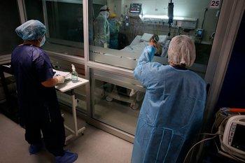 Archivo. Médicos atienden a pacientes en un Centro de Terapia Intensiva