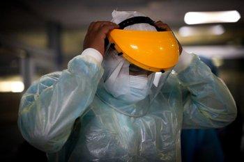 Enfermeros del Centro de Tratamientos intensivos (CTI) del hospital privado Casmu se preparan para atender a pacientes covid-19