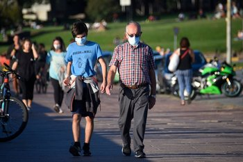 Dos personas circulando por la rambla el último fin de semana.