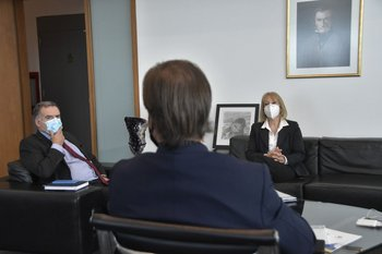 El presidente Lacalle Pou reunido con los intendentes Orsi y Cosse