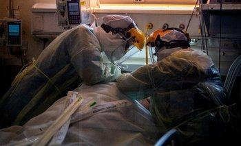 Personal médico asistiendo a un paciente en CTI