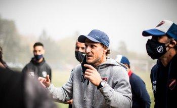 Diego Forlán, entrenador de Atenas en plena charla con sus futbolistas