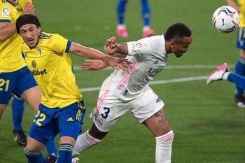 Alfonso Espino fue titular en Cádiz ante Real Madrid que goleó 3-0